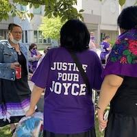 Des gens se sont rassemblés devant le palais de justice de Trois-Rivières, en lien avec les audiences publiques de l'enquête sur la mort de Joyce Echaquan.