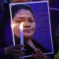Une femme tient une photo de Joyce Echaquan.