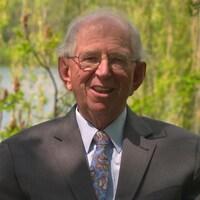 Le juge Robert Pidgeon s'adresse à la caméra sur le bord d'un lac.
