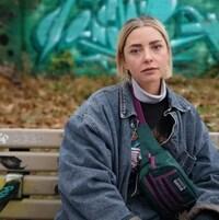 Une femme assise sur un banc.