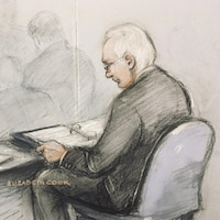 Julian Assange est dessiné assis, en train de lire des documents.