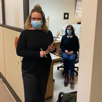 Julie Lafrenière et sa collègue dans les bureaux du CISSS.