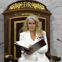 Elle lit le discours du Trône.