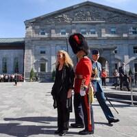 Julie Payette inspecte la garde d'honneur lors d'une cérémonie à Rideau Hall, à Ottawa, le 2 octobre 2017.