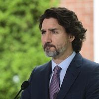 Justin Trudeau donne une conférence de presse à l'extérieur.