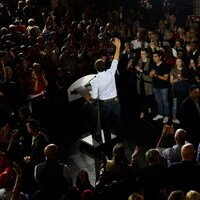 Justin Trudeau salue la foule rassemblée autour de lui dans un marché d'Halifax, en Nouvelle-Écosse.