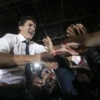 Il serre des mains lors d'un rassemblement partisan.