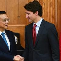 Le premier ministre canadien Justin Trudeau en compagnie de son homologue chinois, Li Keqiang à Ottawa