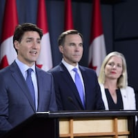 Justin Trudeau en compagnie des ministres Bill Morneau et Catherine McKenna.