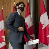 Le premier ministre Justin Trudeau quitte la salle où il a donné sa conférence de presse.