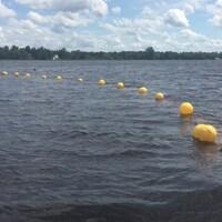 Bouées, personnes dans un bateau sur le lac à la Tortue