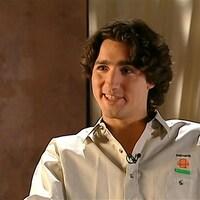 Justin Trudeau souriant, avec une chemise brodée aux couleurs de Katimavik