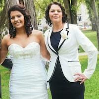 Katrina Long en compagnie de sa mère, Josephine Mavis Isaac. La jeune femme porte une robe de mariée; à ses côtés, sa mère est bien habillée.