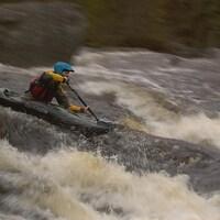 Un kayakiste dans la rivière Neilson.