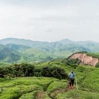 Kenny Katombe marche dans les montagnes.
