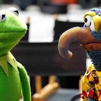 Les deux marionnettes se regardent.