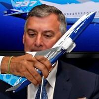 Il tient un modèle miniature du Boieng 737 MAX.