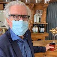 Kevin Murphy devant un comptoir de boissons dans un restaurant.