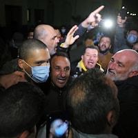Khaled Drareni porte un masque au milieu d'une foule.