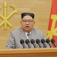 Le dirigeant nord-coréen, Kim Jong-un, devant les symboles du marteau et de la faucille.