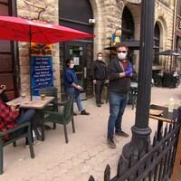 Des personnes assis à une terrasse de café.