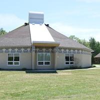 Un bâtiment rond imite l'architecture d'un tipi autochtone.