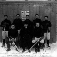Une photo des Klondikers ou Nuggets de Dawson en tenue de hockey.