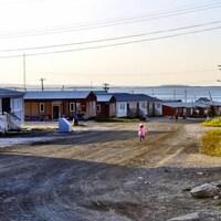 Une enfant marche dans une rue au Nunavut.