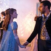 Une femme et un homme se tiennent par la main en dansant.
