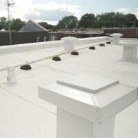 La nouvelle toiture blanche de Christiane Doré est constituée d'une membrane élastomère.
