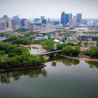 La rivière Rouge et le centre-ville de Winnipeg.