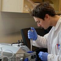 Un étudiant dans un des laboratoires nouvellement modernisés de l'UQAR.