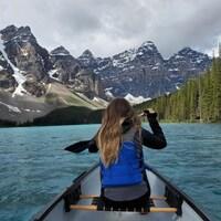 Une femme fait du canot sur le lac Moraine, en Alberta.