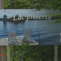 Une affiche avec indiqué Lac préservé