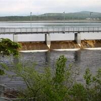 Le barrage du bassin versant du lac Saint-Charles photographié de jour, en été.
