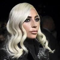 Portrait de Lady Gaga les cheveux blonds platine.