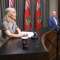 Lanette Siragusa et Brent Roussin sont assis à une table et répondent aux questions des journalistes.