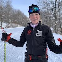 Laura Leclair pose pour la caméra sur une piste de ski de fond.