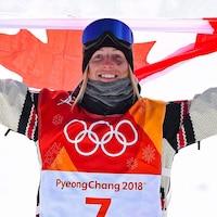 Ils prennent la pose avec le drapeau canadien.