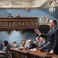 François Legault s'adresse à l'assemblée dans le salon bleu.