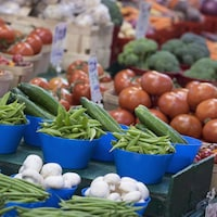 Des légumes frais dans un marché.