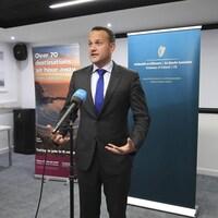 Le premier ministre irlandais Leo Varadkar parle au micro.