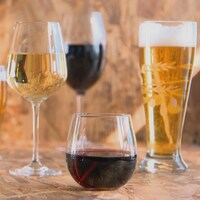 Des verres de vin et de bières sur une table.