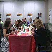 Vue sur des gens qui dinent autour d'une longue table