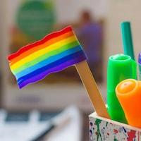 Un drapeau arc-en-ciel dans un pot de crayons.