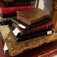 De vieux livres empilés sur une table.
