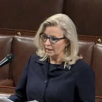 Liz Cheney, tout près d'un micro, prend la parole devant la Chambre des représentants.