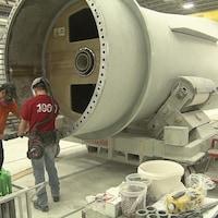Fabrication de pales à l'usine LM Wind Power à Gaspé.