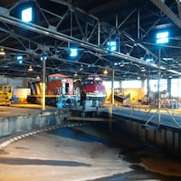 Deux locomotives dans un hangar.