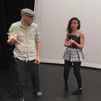 Le metteur en scène Bernard Salva dirige une comédienne dans la production de l'Odyssée.
